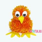 Цыпленок из помпонов: забавная поделка на Пасху своими руками