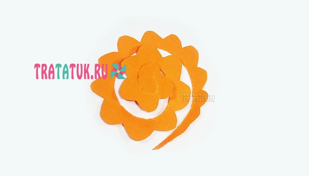 Бумажный венок в форме сердца с розами