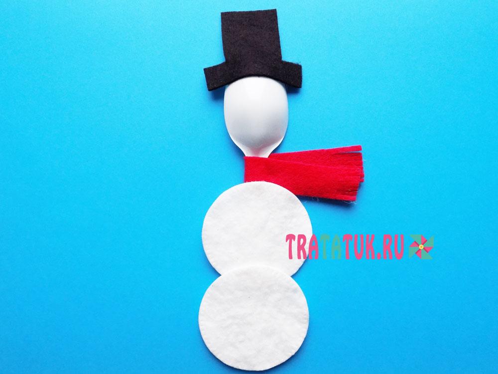 Снеговик из пластиковой ложки