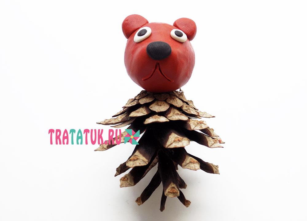 Медведь из шишки и пластилина