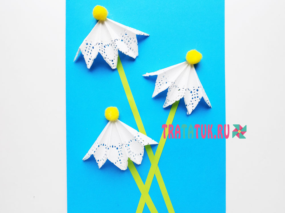 открытка с ромашками из ажурных салфеток и помпонов